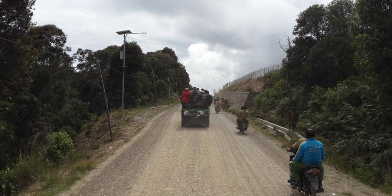 Kondisi infrastruktur jalan di Sugapa, Kabupaten Intan Jaya, Sabtu 1422015 saat kunjungan Menteri Pekerjaan Umum dan Perumahan Rakyat Basuki Hadimuljono ke pegunungan tengah Papua