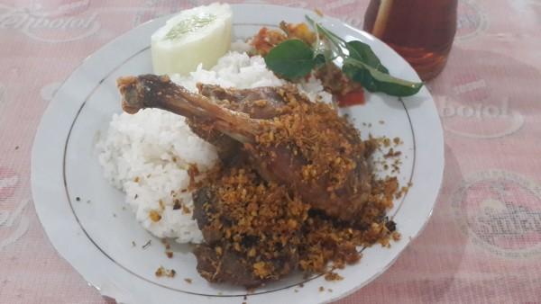 Menu di Nasi Bebek Sinjay hanya ada satu, ya nasi bebek. Paket terdiri dari nasi dengan ½ bebek (paha dan dada), lengkap dengan sambal Pencit, serta ati-ampela dan minum.