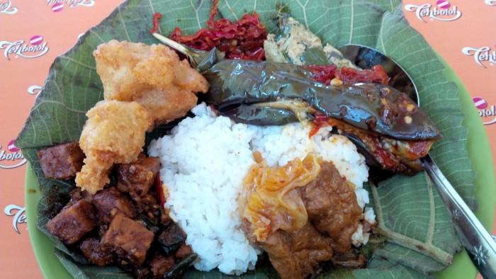 Hidangan Nasi Jamblang Bu Nur dengan alas daun jati.
