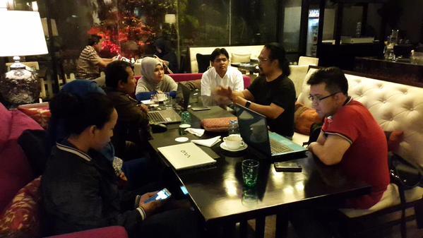 Setelah makan malam, peserta workshop berdiskusi dengan Pak Bi