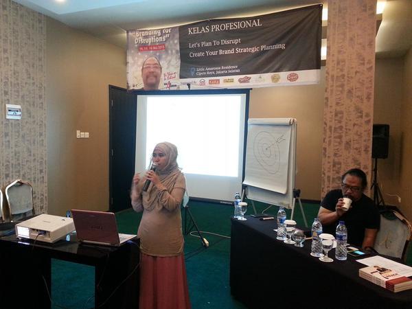 Denty, editor website dan buku Ust. Yusuf Mansur sedang mempresentasikan brand plan-nya