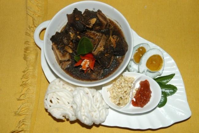 rawon-salah-satu-kuliner-khas-surabaya-_141030201905-294