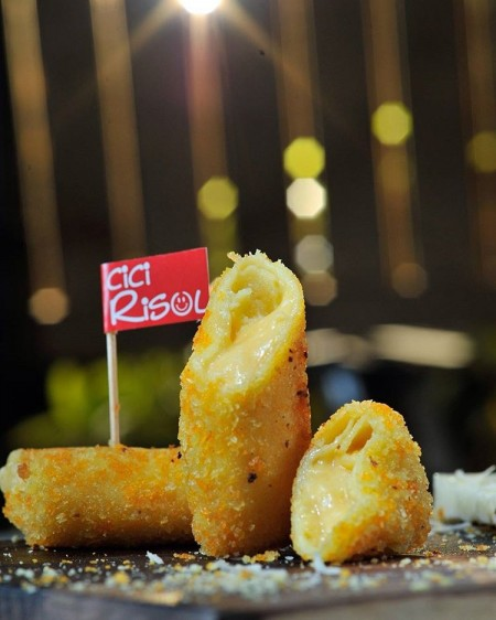 Cici Risol Premium rasa cheesy lover dengan keju yang meleleh-leleh