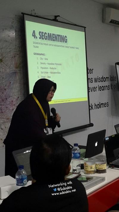 Bu Dea ketika presentasi di kelas Bisa Bikin Brand Malang.