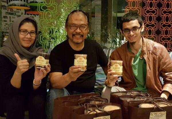 Bu Dwita, Pak Bi dan Dodi Zulkifli dari Design Talk berfoto dengan almond crispy dari Dea Bakery.